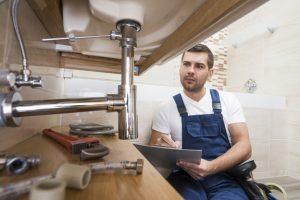 plumber-with-tablet-repairing-sink_23-2147772192-300x200 Como desentupir pia de cozinha